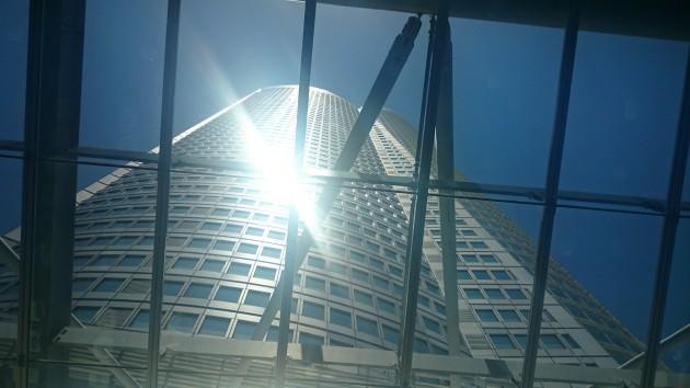 六本木ヒルズ大屋根プラザ 森タワーを仰ぎ見る